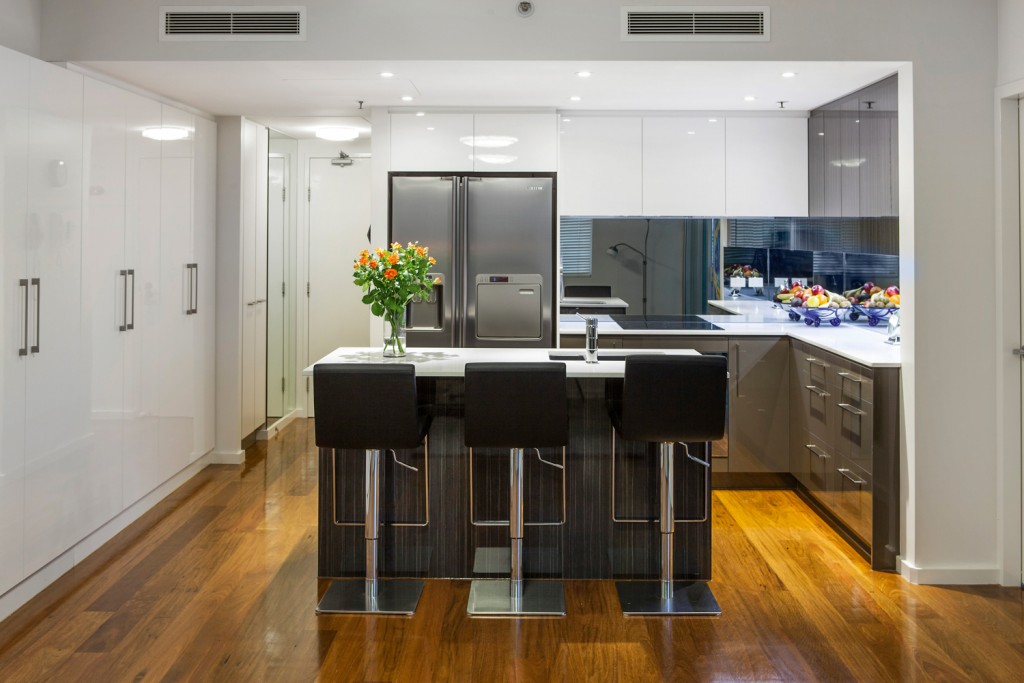 A slick U-shape kitchen design