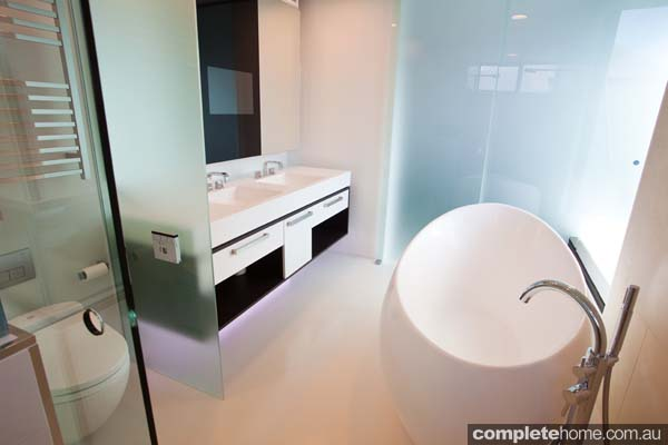 A modern bathroom featuring frameless glass from Euroglass
