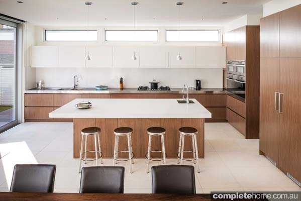 This new and state of the art kitchen provides beautiful colour schemes simplified to white and brown has easy-to-open white cupboards