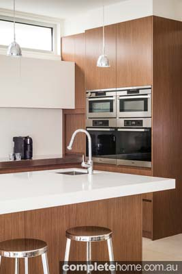 This handy silver tap presented in a simple and creatively systematic way allows for kitchen space and fresher kitchen ideas such as the generous two-door oven