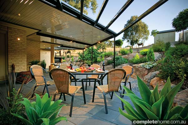 Flat pergola, and outdoor entertaining area by Yarra Shade