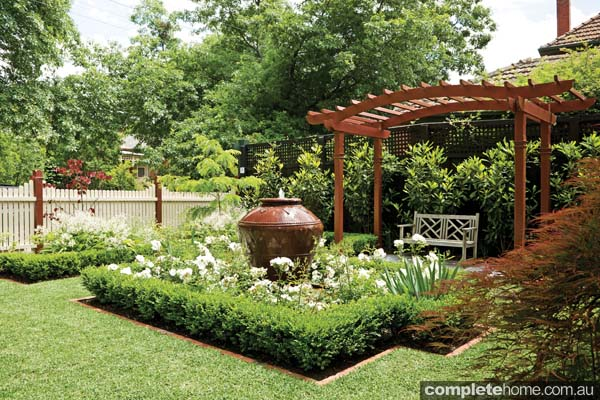10 front garden design tips completehome for Best house designs with garden