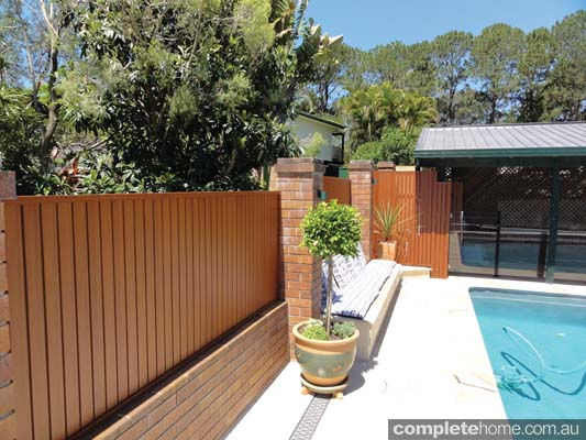 Timber-look aluminium system fencing from Knotwood.