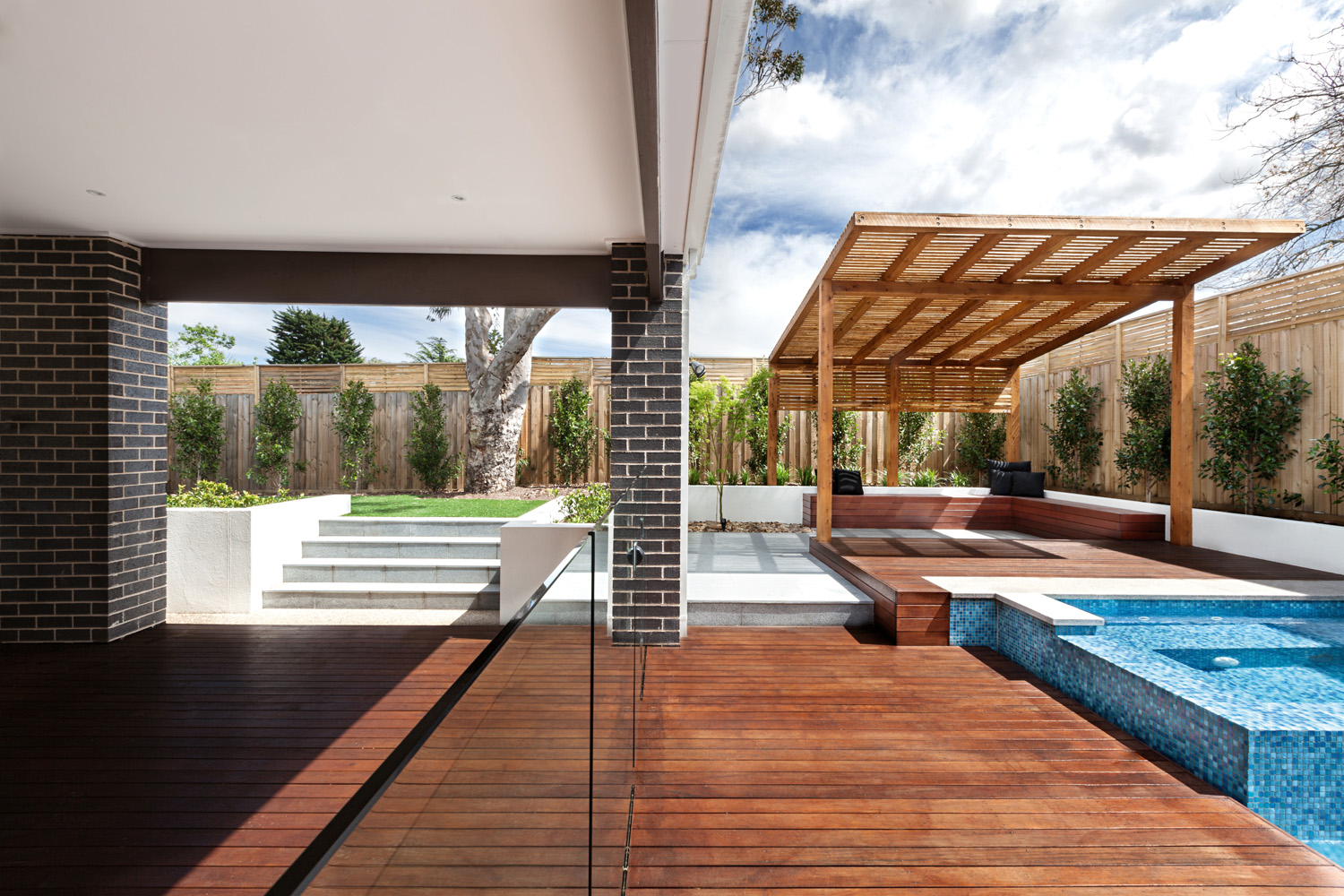 REAL POOL: Fully-tiled pool and spa design