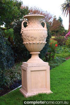 Urn statue by Yardware