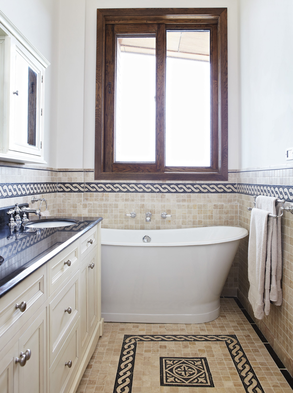 Beautiful Federation-style bathroom - Completehome