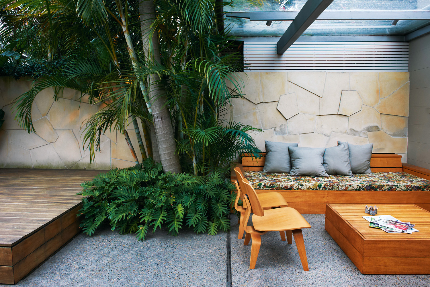 Modern courtyard garden design completehome for Courtyard garden designs