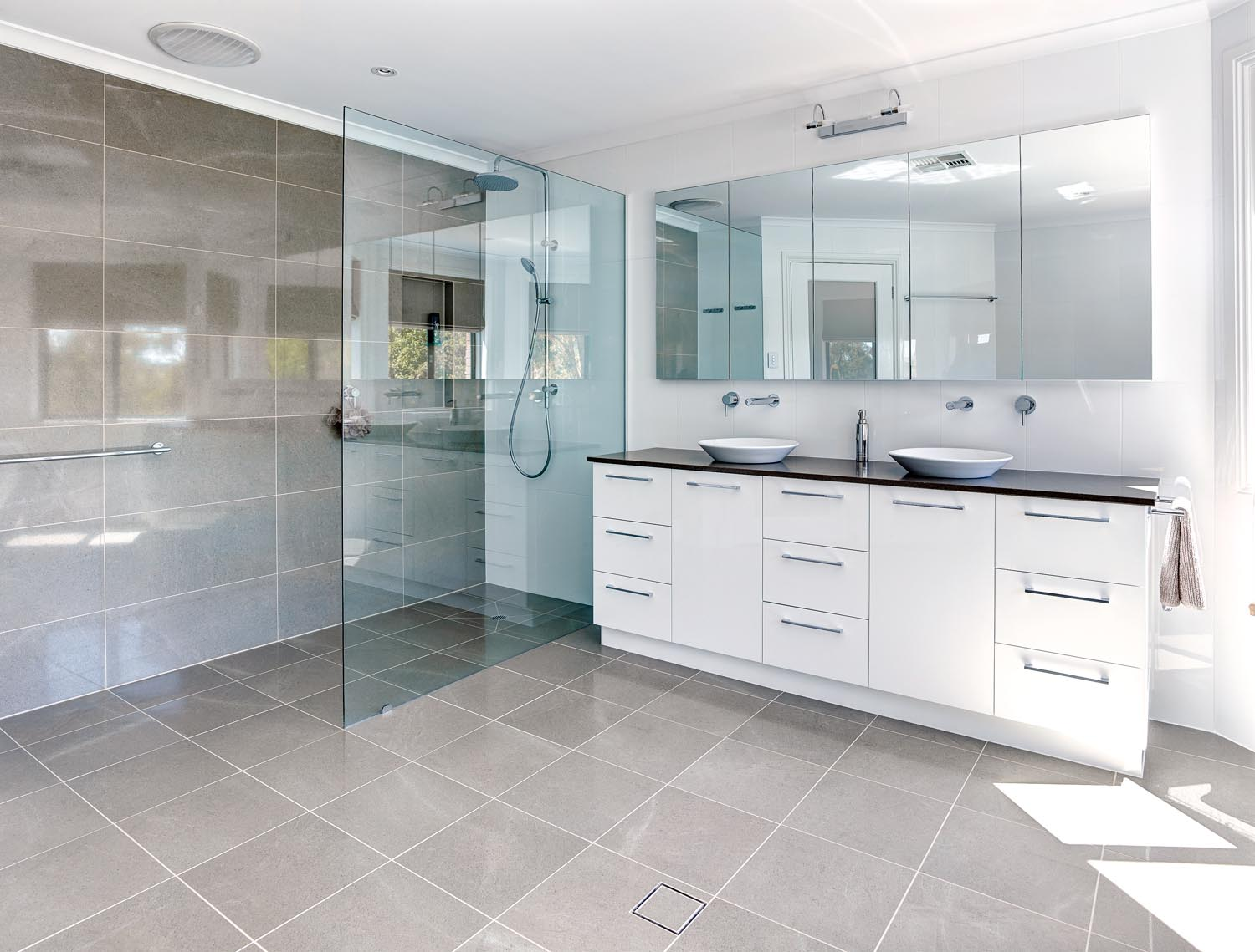 Luxury ensuite bathroom design completehome for Australian small bathroom design