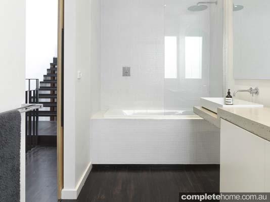 dark_floorboard_bathroom