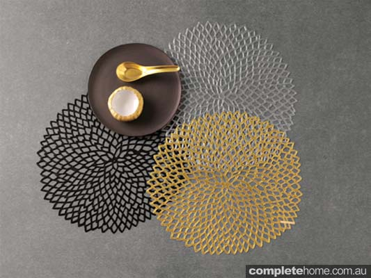 CHILEWICH_DAHLIA PLACEMATS IN BLACK GOLD AND GUNMETAL_Option 2