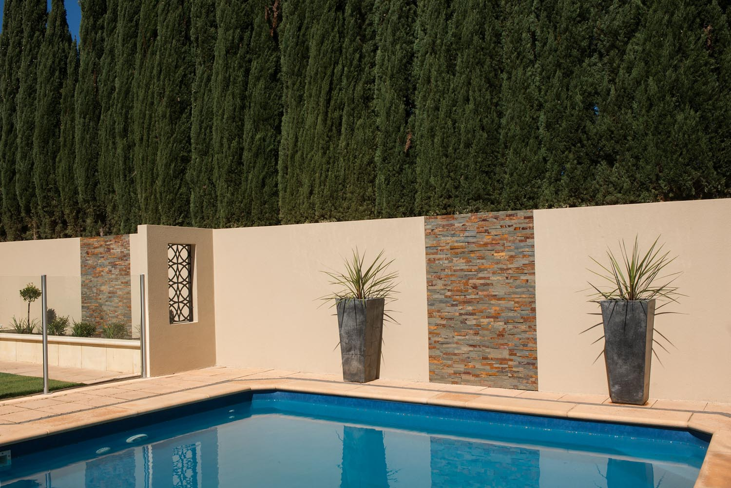 Ready-rendered fence cladding: wall facelift