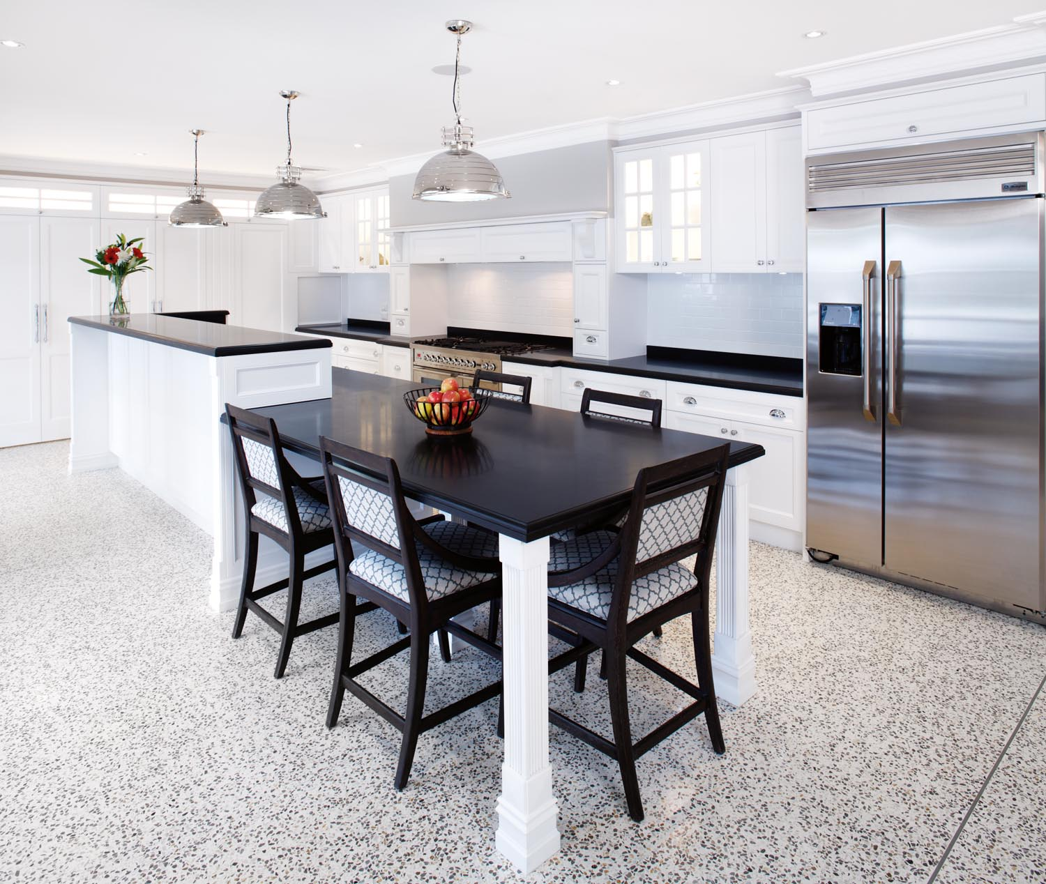 Elegant hamptons style kitchen design completehome for Hampton style kitchen handles