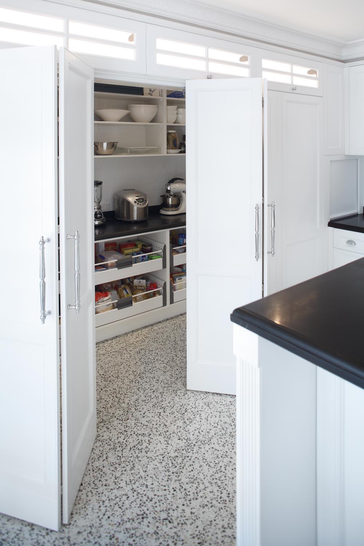 Elegant hamptons style kitchen design completehome for Hampton style kitchen designs