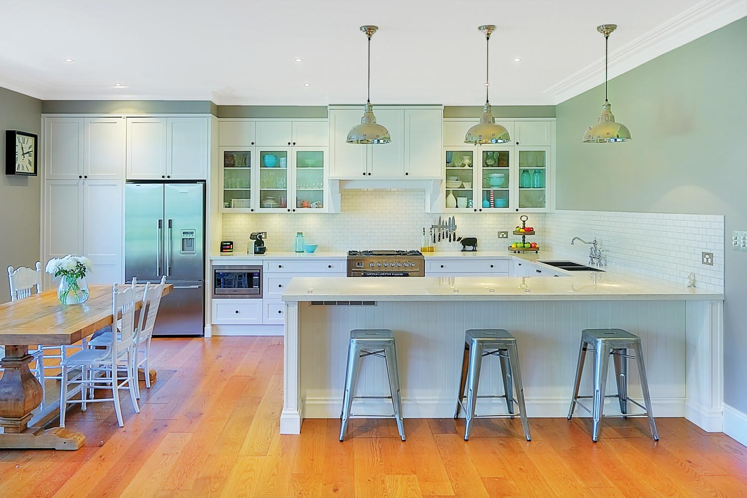 Relaxed living: Contemporary white kitchen - Completehome