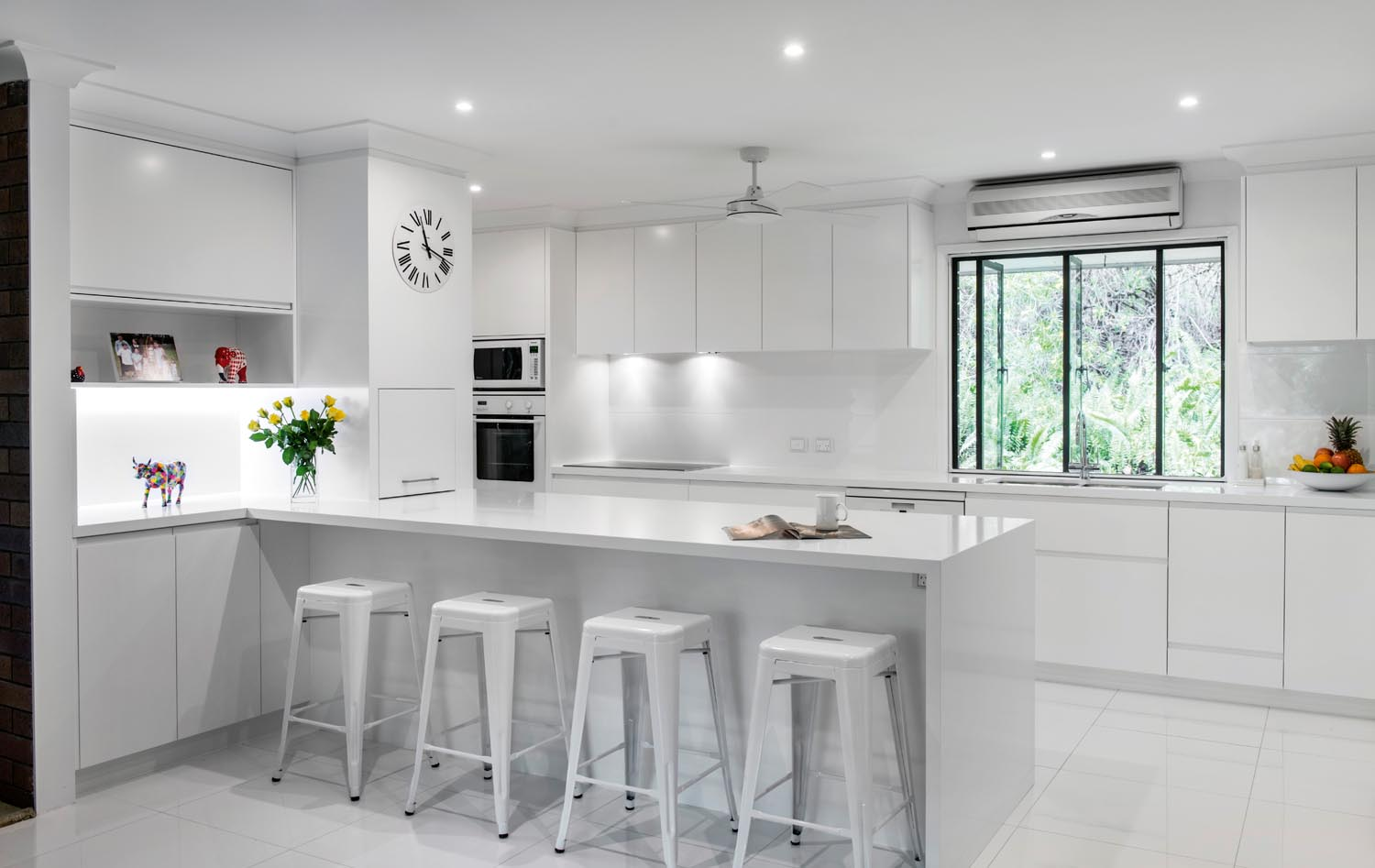White on white minimalist kitchen design completehome for Design minimal