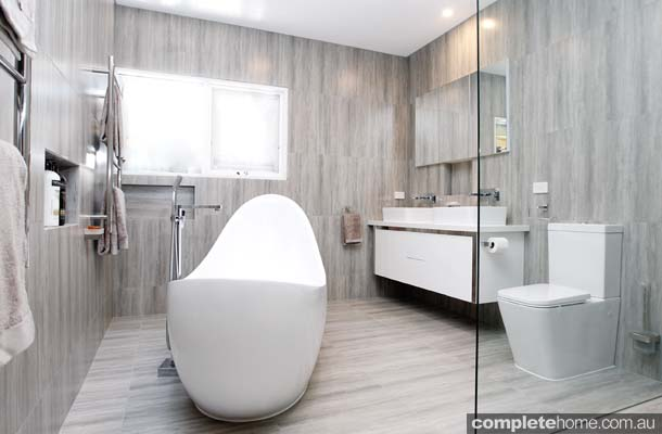 Relax in style: Neutral-toned bathroom