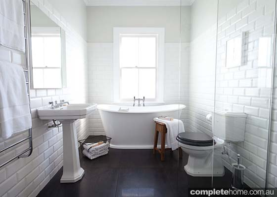 Monochrome marvel: Traditional black and white bathroom