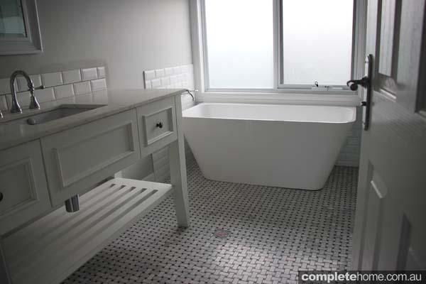 BHV046_Farm Houses of Australia_Heatherbrae - Bathroom