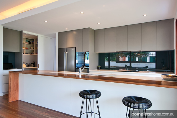From Kitchen Trends come this kitchen and bathroom project, an innovative and organic design that marries functionality with aesthetics.