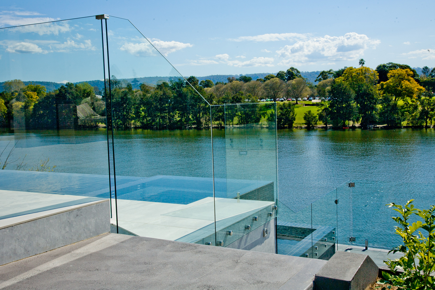 A guide to frameless and semi-frameless glass fencing