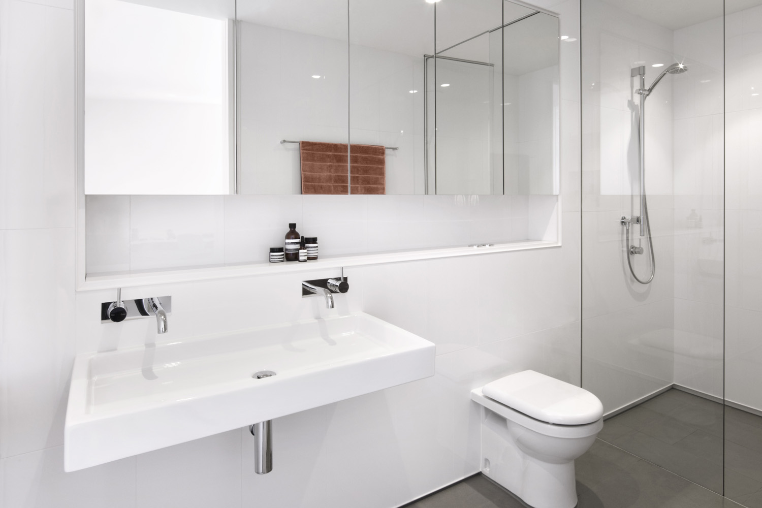 Opting for a white bathroom offers a calm reprieve from the strong colour scheme of the residence