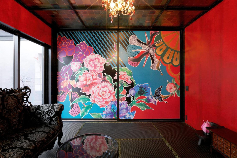 We love: The vibrant original art mural painted on the Japanese sliding doors
