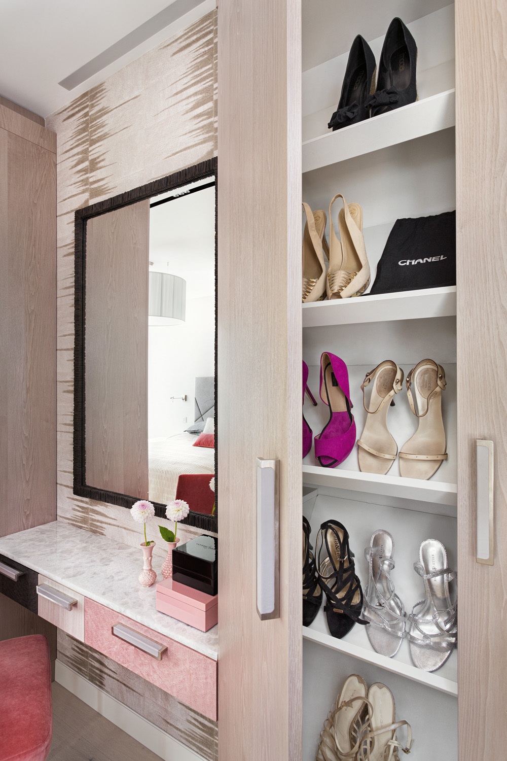 Drawers in contrasting colours create a nice balance to the study area