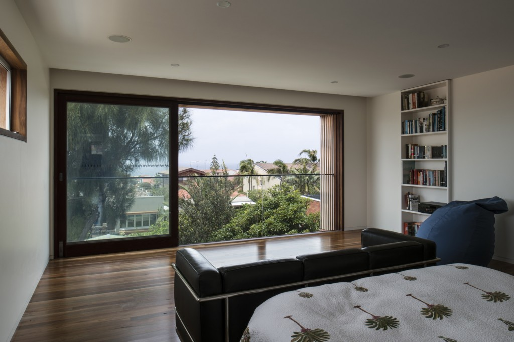 While allowing light to penetrate deeply into the home, the new spaces also provide exceptional privacy for neighbours and residents, creating a passively controlled environment utilising sun and natural ventilation