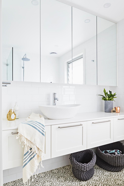 WHITE SWIRL_Rhys-Jones_ Bathroom
